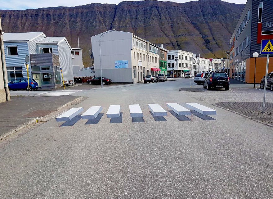 Чтобы пешеходов всегда пропускали на дороге, придумали не обычную ″зебру″