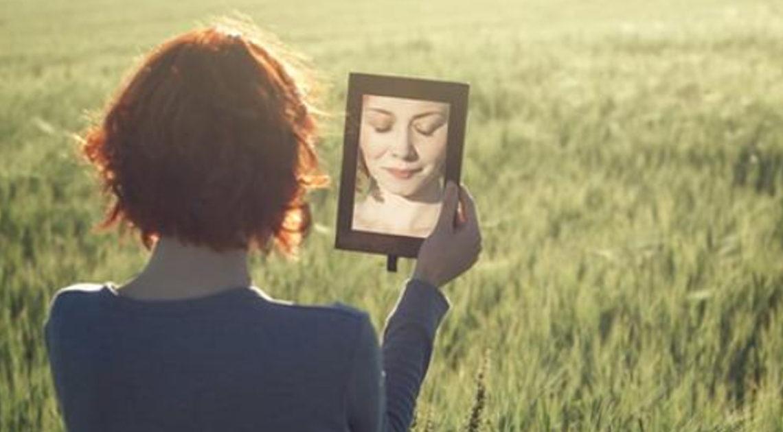 Зеркальная мистика: что категорически нельзя делать перед зеркалом